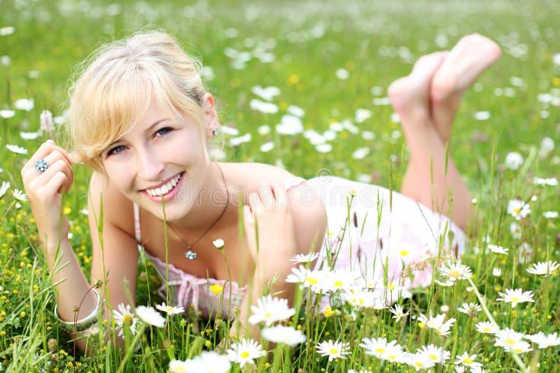 Όμορφη χαλάρωση γυναικών μεταξύ των μαργαριτών στοκ φωτογραφίες με δικαίωμα ελεύθερης χρήσης