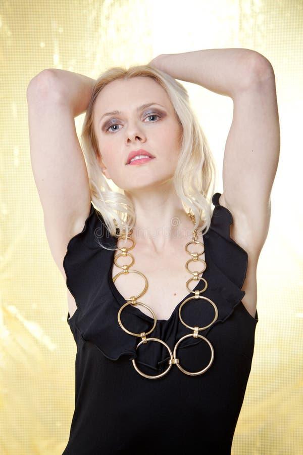 όμορφη χρυσή γυναίκα ανασ&kap στοκ φωτογραφίες