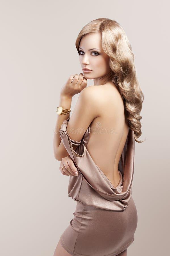όμορφη χρυσή εκλεκτής ποιότητας γυναίκα ρολογιών στοκ φωτογραφίες