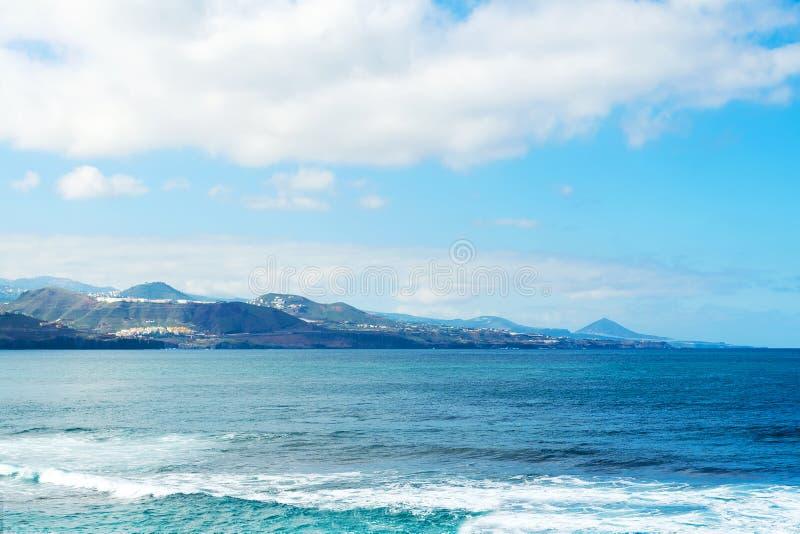 Όμορφη ωκεάνια άποψη με τα όμορφα βουνά στο υπόβαθρο Ισπανία Κανάρια νησιά tenerife στοκ φωτογραφία