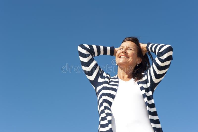 Όμορφη ώριμη ανασκόπηση ουρανού γυναικών στοκ εικόνα με δικαίωμα ελεύθερης χρήσης