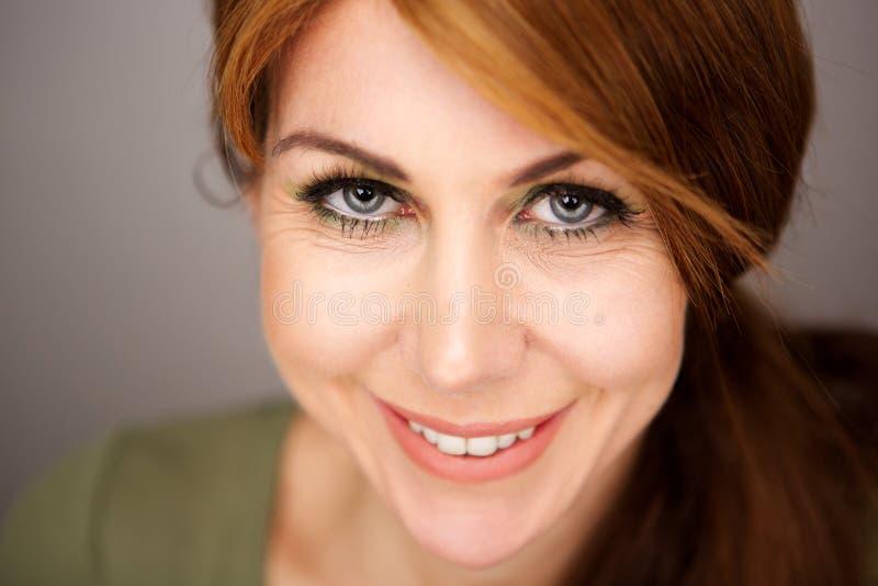 Όμορφη ώριμη γυναίκα με τα γκρίζα μάτια στοκ εικόνα