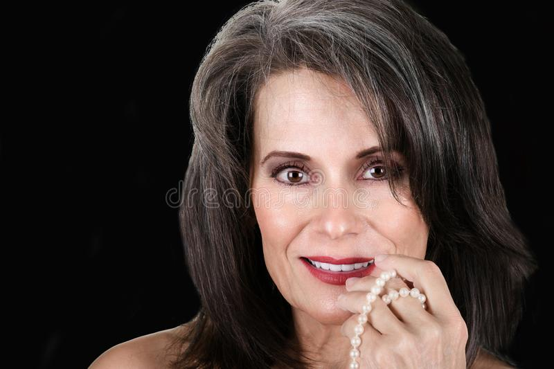 Όμορφη ώριμη γυναίκα με τα μαργαριτάρια στοκ φωτογραφίες