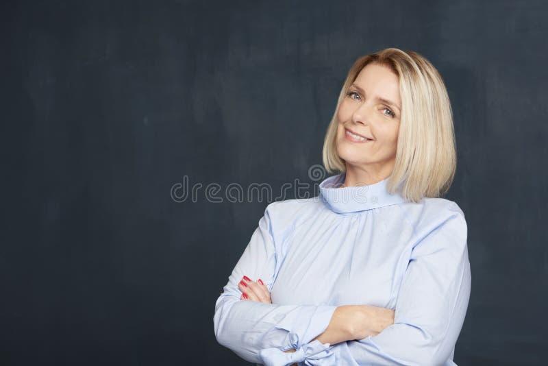 όμορφη ώριμη γυναίκα πορτρέτ& στοκ εικόνα