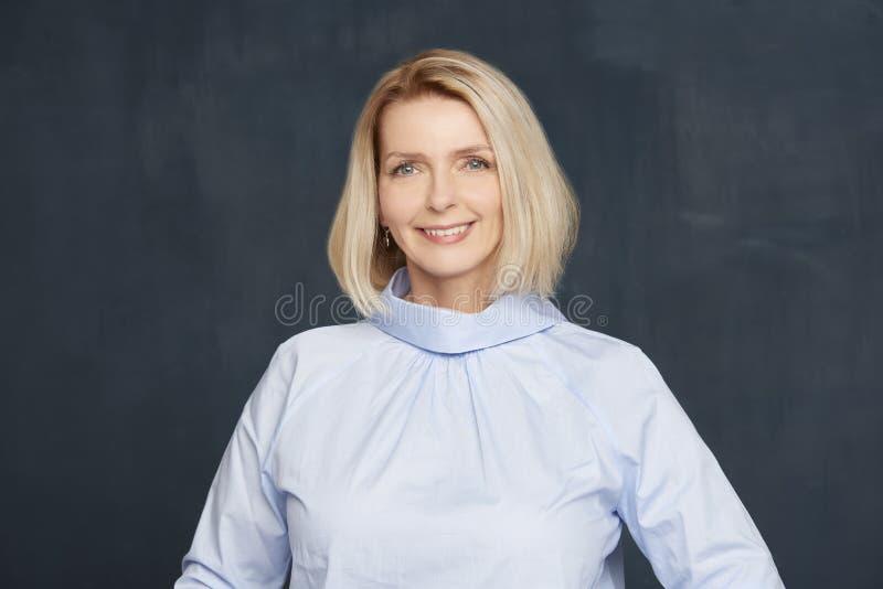 όμορφη ώριμη γυναίκα πορτρέτ& στοκ εικόνα με δικαίωμα ελεύθερης χρήσης