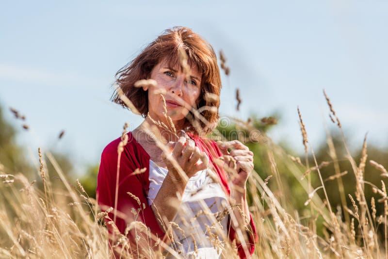 Όμορφη ώριμη γυναίκα που απολαμβάνει την ησυχία στοκ εικόνα με δικαίωμα ελεύθερης χρήσης