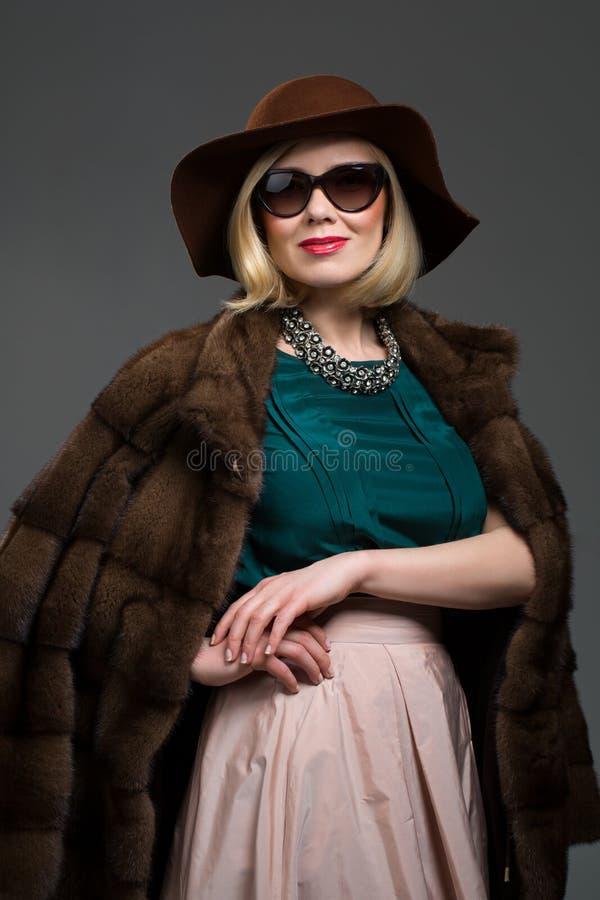 Όμορφη ώριμη γυναίκα στο φυσικό παλτό γουνών στοκ φωτογραφίες