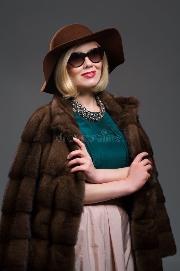 Όμορφη ώριμη γυναίκα στο φυσικό παλτό γουνών στοκ εικόνα με δικαίωμα ελεύθερης χρήσης