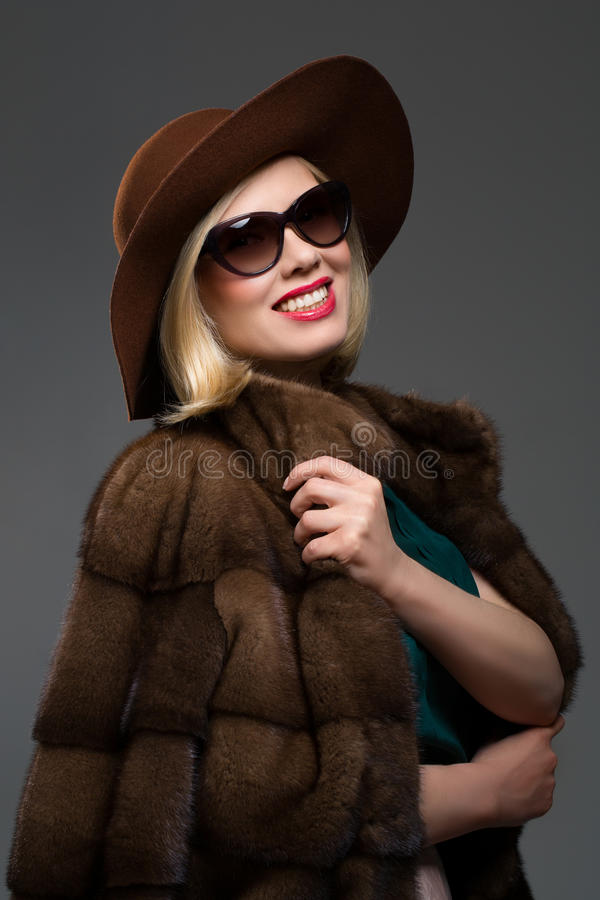 Όμορφη ώριμη γυναίκα στο φυσικό παλτό γουνών στοκ εικόνες με δικαίωμα ελεύθερης χρήσης