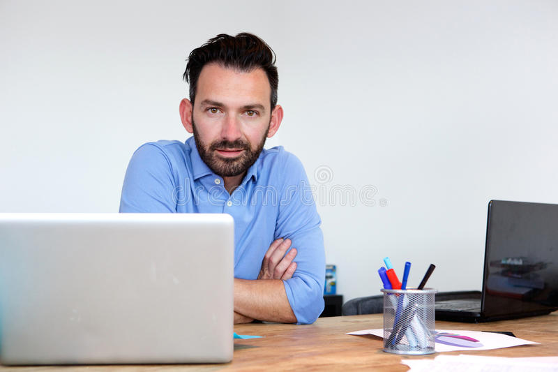 Όμορφη ώριμη συνεδρίαση επιχειρησιακών ατόμων στο γραφείο του στοκ εικόνα με δικαίωμα ελεύθερης χρήσης