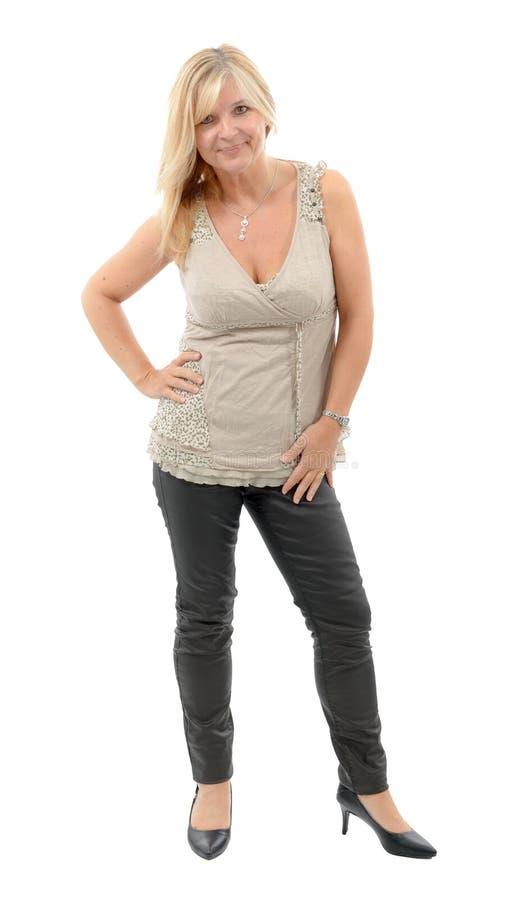 Όμορφη ώριμη τοποθέτηση γυναικών στο άσπρο υπόβαθρο στοκ εικόνα με δικαίωμα ελεύθερης χρήσης