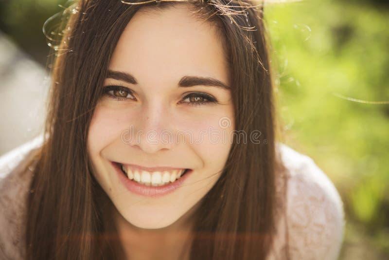 Όμορφη laughting παρουσίαση γυναικών brunette καυκάσια νέα perfe στοκ φωτογραφία