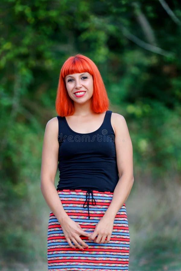 Όμορφη redhead γυναίκα με μια όμορφη φούστα στοκ φωτογραφία με δικαίωμα ελεύθερης χρήσης