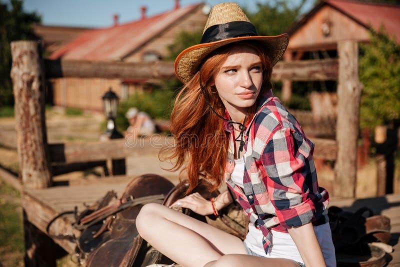 Όμορφη redhead νέα γυναίκα cowgirl στο καπέλο στοκ εικόνα με δικαίωμα ελεύθερης χρήσης