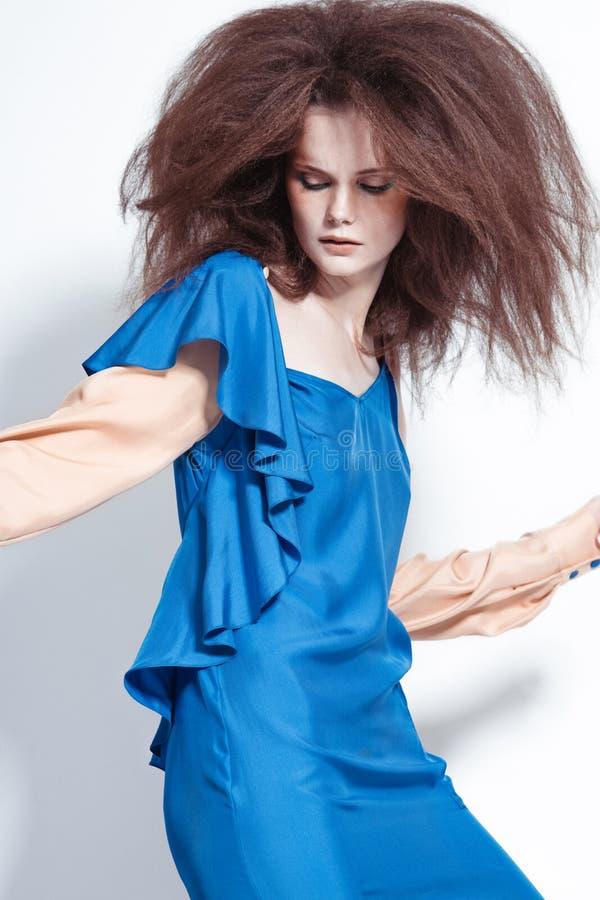 Όμορφη redhead πρότυπη τοποθέτηση στον πυροβολισμό στούντιο στοκ εικόνες