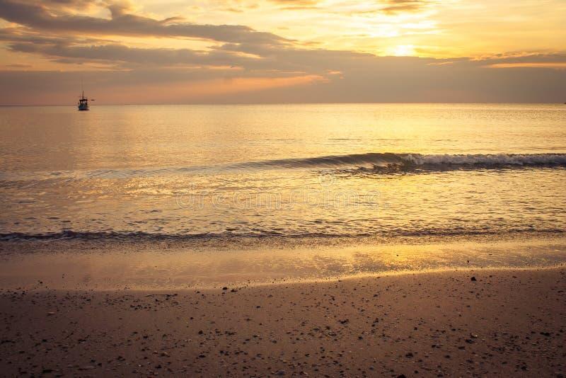 Όμορφη seascape άποψη παραδείσου με τον ουρανό φωτός και λυκόφατος ηλιοβασιλέματος στη λαοτιανή παραλία Chao, επαρχία Chanthaburi στοκ εικόνα με δικαίωμα ελεύθερης χρήσης