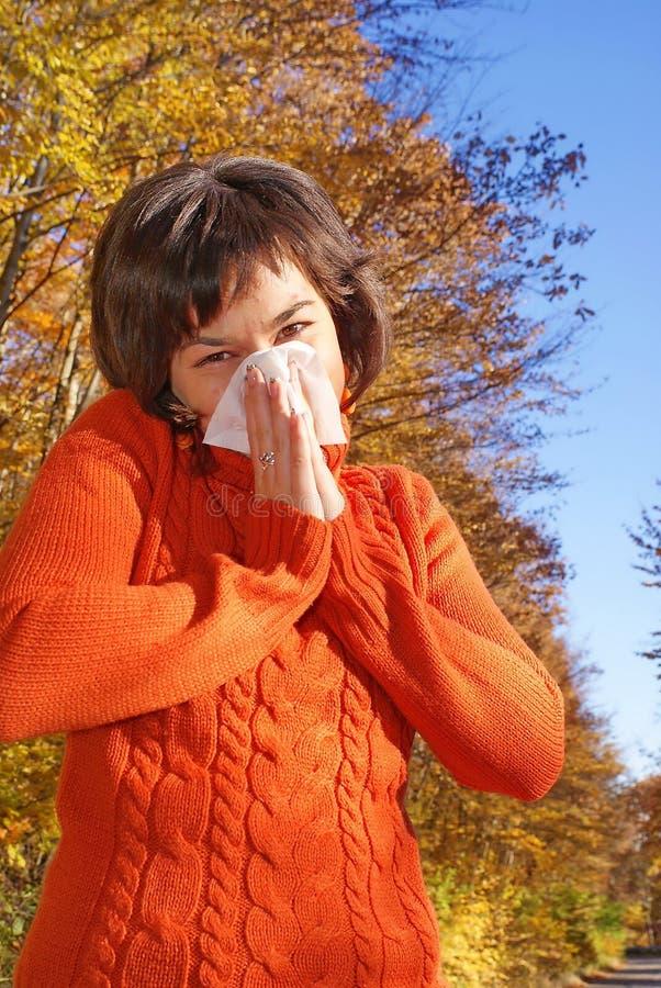 όμορφη sneeze γυναίκα στοκ φωτογραφίες