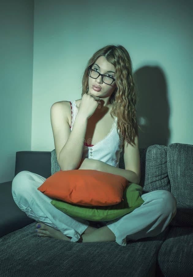 Όμορφη TV ρολογιών κοριτσιών στοκ φωτογραφίες με δικαίωμα ελεύθερης χρήσης