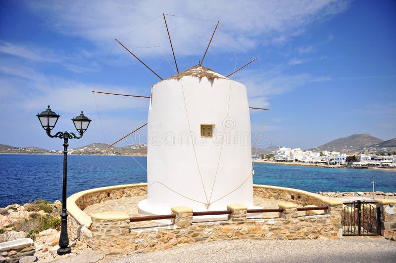 Όμορφοι ανεμόμυλος και πόλη Parikia, Paros στοκ φωτογραφία