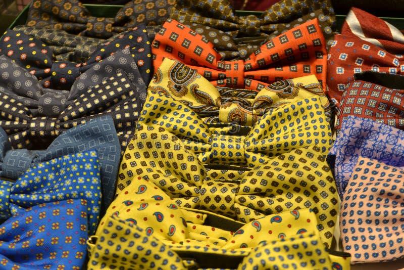Όμορφοι δεσμοί τόξων για την πώληση στις μπουτίκ μόδας του Vittorio Emanuele ΙΙ στοά στοκ φωτογραφίες