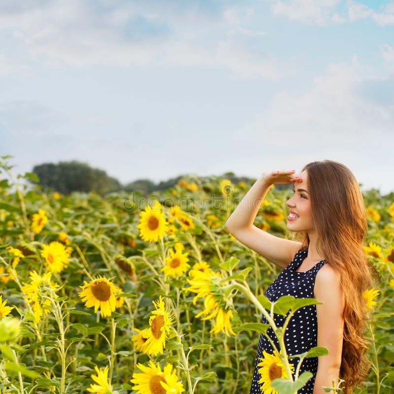 όμορφοι ηλίανθοι κοριτσ&io στοκ εικόνες