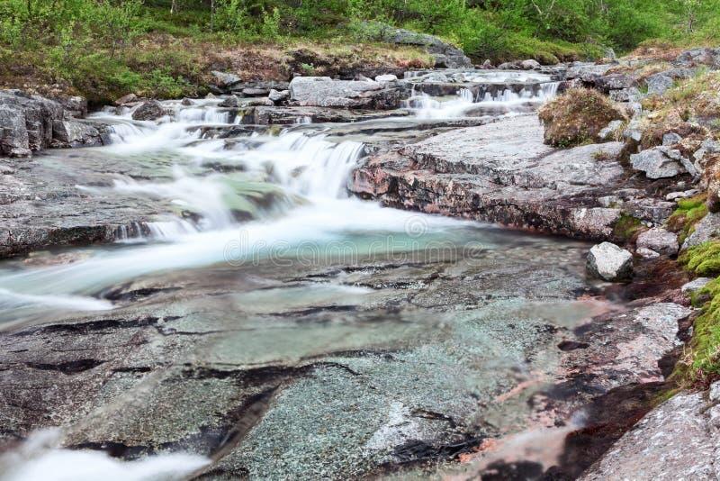 Όμορφοι καταρράκτες καταρρακτών βουνών με το ρέοντας σαφές νερό από τις κορυφές στοκ φωτογραφία με δικαίωμα ελεύθερης χρήσης