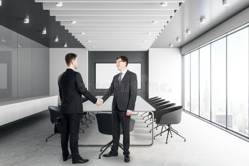 Όμορφοι λευκοί επιχειρηματίες που τινάζουν τα χέρια στοκ εικόνες με δικαίωμα ελεύθερης χρήσης
