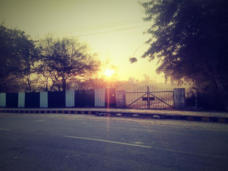 Όμορφοι ουρανός και ήλιος κατά τη διάρκεια της ανατολής - ανατολή στην Ινδία στοκ φωτογραφία με δικαίωμα ελεύθερης χρήσης