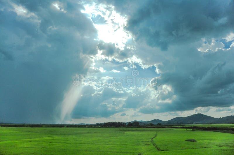 Όμορφοι ουρανός και σύννεφα στη βιετναμέζικη επαρχία στοκ εικόνες