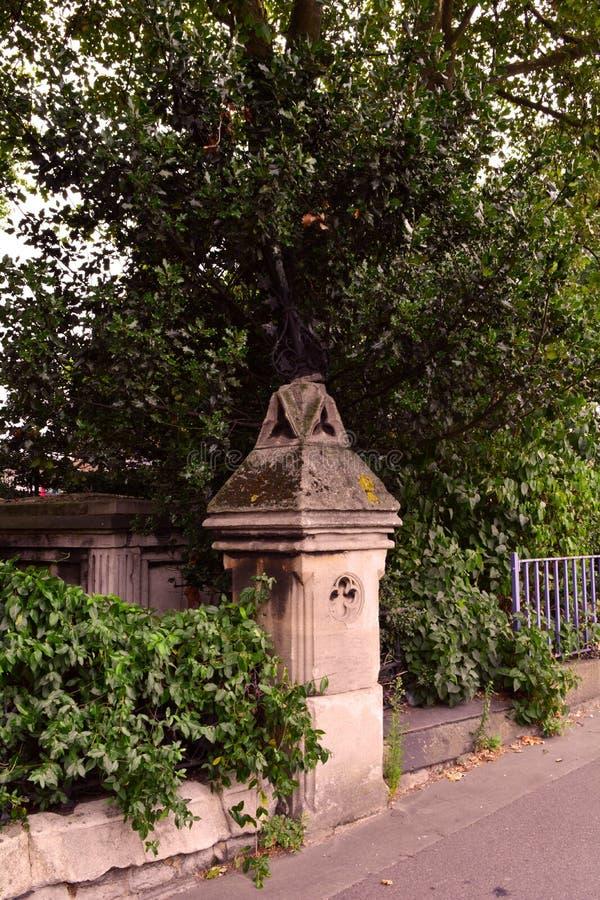 Όμορφοι παλαιοί φράκτης κήπων και στήλη, Λονδίνο, το μουσείο κήπων στοκ φωτογραφία με δικαίωμα ελεύθερης χρήσης