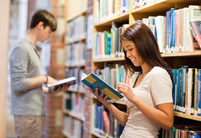 Όμορφοι σπουδαστές που διαβάζουν τα βιβλία στοκ φωτογραφίες με δικαίωμα ελεύθερης χρήσης