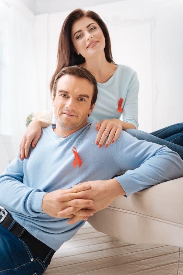 Όμορφοι συμπαθητικοί ενισχυτικοί άνθρωποι ζευγών με το AIDS στοκ φωτογραφία με δικαίωμα ελεύθερης χρήσης