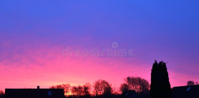 Όμορφοι σχηματισμοί σύννεφων ηλιοβασιλέματος σε ένα πορτοκάλι και έναν μπλε ουρανό στοκ φωτογραφίες με δικαίωμα ελεύθερης χρήσης