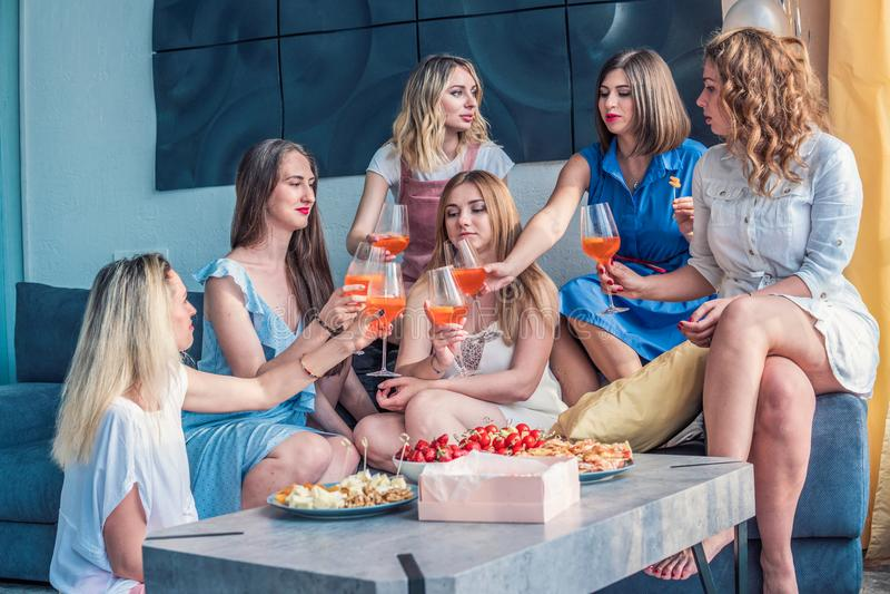 Όμορφοι φίλοι γυναικών που έχουν τη διασκέδαση στο κόμμα Bachelorette στοκ φωτογραφία με δικαίωμα ελεύθερης χρήσης