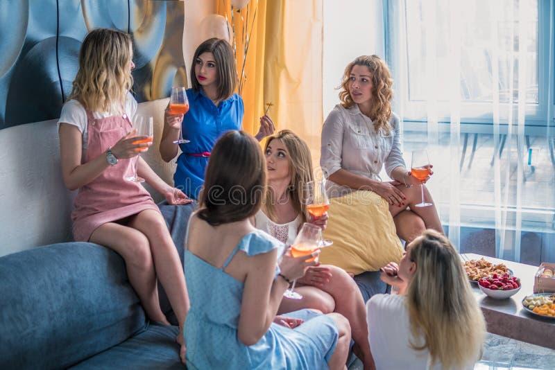 Όμορφοι φίλοι γυναικών που έχουν τη διασκέδαση στο κόμμα Bachelorette στοκ φωτογραφίες με δικαίωμα ελεύθερης χρήσης