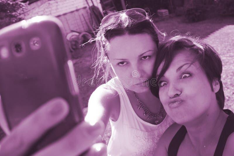 Όμορφοι φίλοι γυναικών selfie στοκ εικόνα