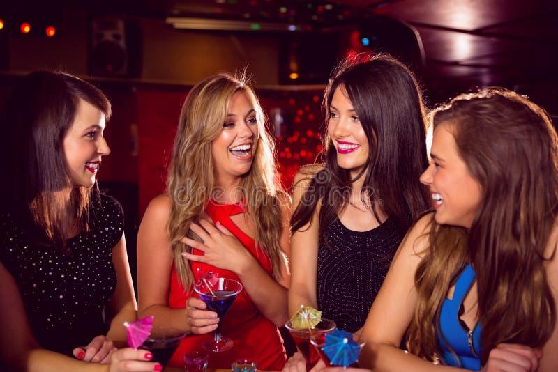 Όμορφοι φίλοι που πίνουν τα κοκτέιλ από κοινού στοκ εικόνες