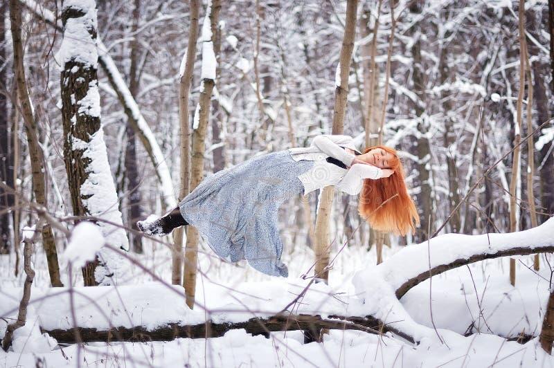 Όμορφοι ύπνοι κοριτσιών στον αέρα στο χειμερινό δάσος στοκ φωτογραφίες