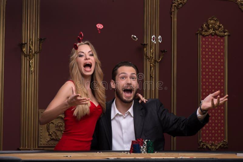 Όμορφος άνδρας και όμορφη γυναίκα στη χαρτοπαικτική λέσχη στοκ φωτογραφία