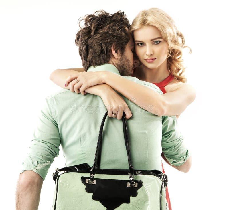 Όμορφος άνδρας που αγκαλιάζει μια αισθησιακή γυναίκα στοκ φωτογραφία με δικαίωμα ελεύθερης χρήσης