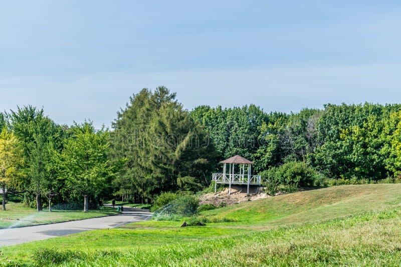 Όμορφος άξονας πέρα από το πράσινο λιβάδι στοκ φωτογραφία