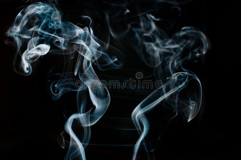 Όμορφος άσπρος καπνός ενάντια στο μαύρο σκηνικό, θαμπάδα κινήσεων στοκ φωτογραφία με δικαίωμα ελεύθερης χρήσης