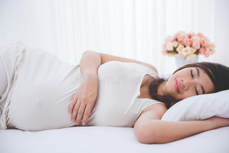 Όμορφος έγκυος ασιατικός ύπνος γυναικών ειρηνικά στοκ φωτογραφίες με δικαίωμα ελεύθερης χρήσης