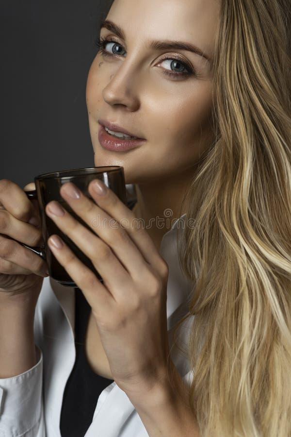 Όμορφος έγκυος νέος θηλυκός ένας ξανθός χαμόγελου φορώντας το Μαύρο στοκ φωτογραφία με δικαίωμα ελεύθερης χρήσης