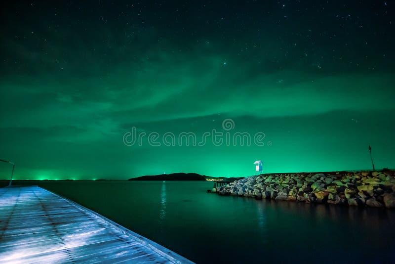 Όμορφος έναστρος νυχτερινός ουρανός calmness με την αποβάθρα ακτών στοκ φωτογραφίες με δικαίωμα ελεύθερης χρήσης