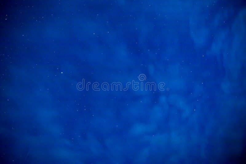 Όμορφος έναστρος ουρανός με τα σύννεφα σε μια θερινή νύχτα στοκ φωτογραφία με δικαίωμα ελεύθερης χρήσης