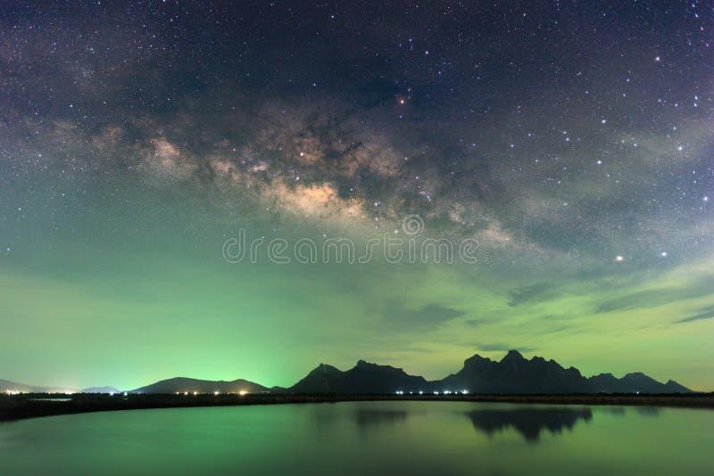 Όμορφος έναστρος ουρανός νύχτας με τον αυξανόμενο γαλακτώδη τρόπο πέρα από το mounta στοκ εικόνες