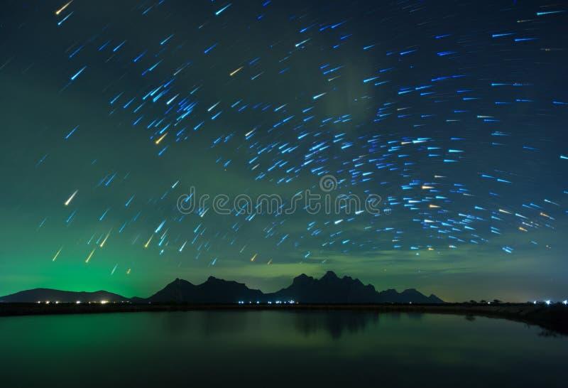 Όμορφος έναστρος ουρανός νύχτας με το ίχνος αστεριών αύξησης πέρα από το υποστήριγμα στοκ φωτογραφία με δικαίωμα ελεύθερης χρήσης