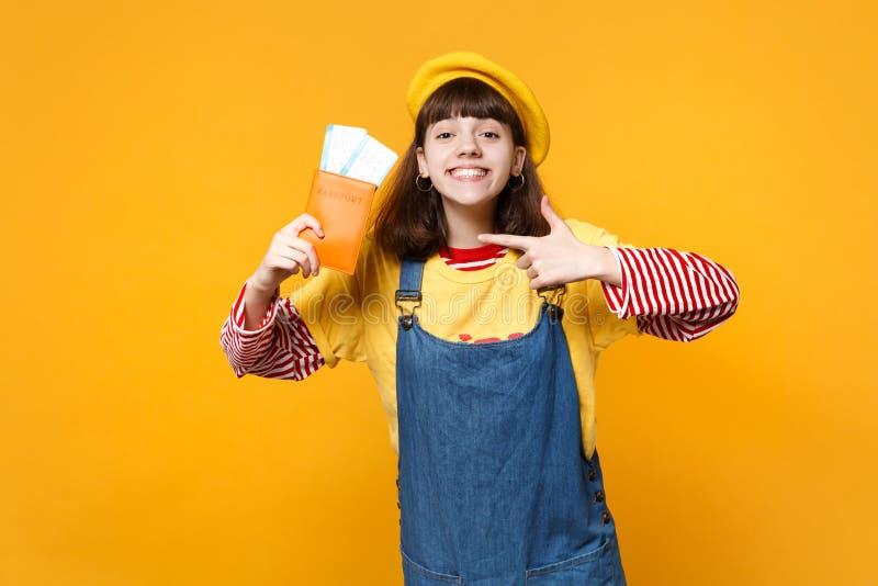 Όμορφος έφηβος κοριτσιών στο γαλλικό beret τζιν sundress που δείχνει το αντίχειρα στο εισιτήριο περασμάτων τροφής διαβατηρίων που στοκ εικόνα με δικαίωμα ελεύθερης χρήσης