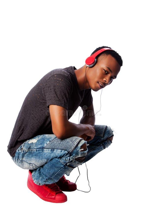Όμορφος έφηβος που ακούει τη μουσική στοκ εικόνες